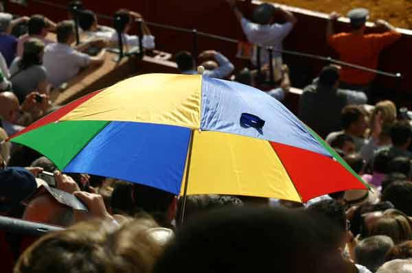 A pesar del calor, se vieron paraguas: también hacen sombra. (FOTO: Javier Martínez)