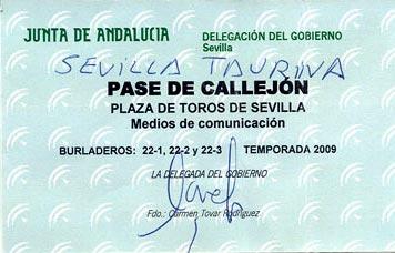 Pase de fotógrafo taurino expedido, sellado y firmado por la delegada Carmen Tovar la pasada temporada.