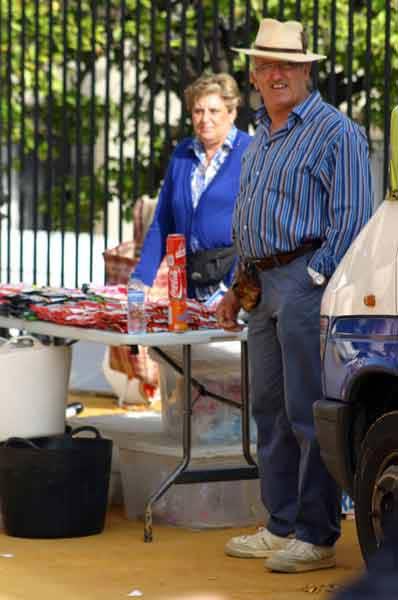 Pepe 'el rociero', de vender helados dentro de la plaza, a vender pipas en el exterior. (FOTO: Javier Martínez)