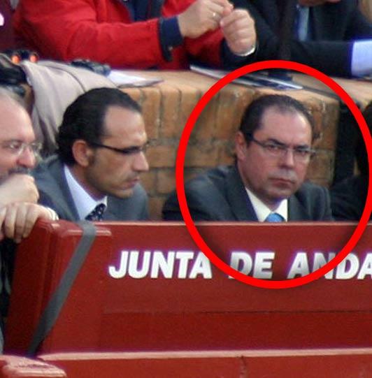 Junto al marido de la delegada Carmen Tovar, en el burladero de la Junta, su primo, carnicero de Castilleja. (FOTO: Sevilla Taurina)