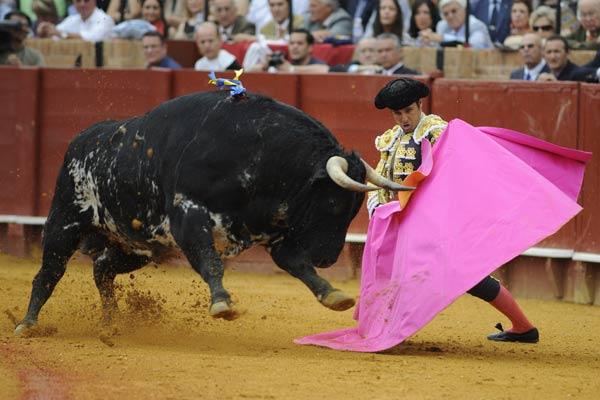Rivera Ordóñez recibiendo al toro con el capote. (FOTO: Matito)