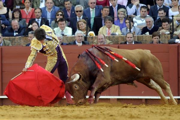 Poder y mando en la muleta de Rubén Pinar. (FOTO: Matito)