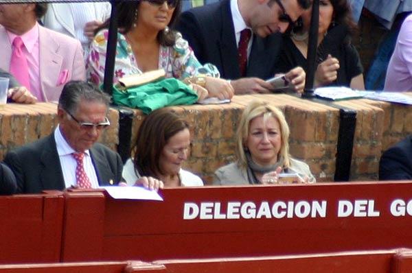 Manuel Alcantarilla, hermano mayor de la Hermandad del Rocío de Triana, y la delegada Camen Tovar -a la derecha- en el burladero oficial de la Junta de Andalucía. (FOTO: Javier Martínez)