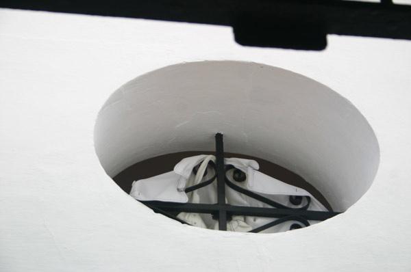 Los ventanales de las gradas no disponen de cristal y los aficionados a los que les toca una en su espalda deben buscar recursos para evitar la enorma corriente de aire. (FOTO: Javier Martínez)