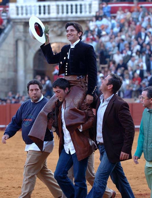 Diego Ventura, a hombros hoy en la Maestranza. (FOTO: Matito)