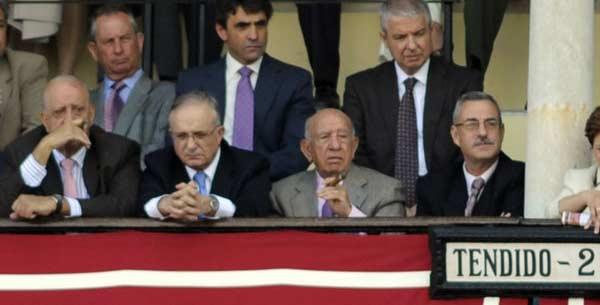 Victorino Martín observa con preocupación el juego de sus toros. (FOTO: Matito)