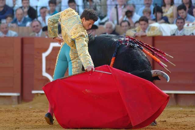 Arturo Saldívar alarga la mano diestra en el primero.