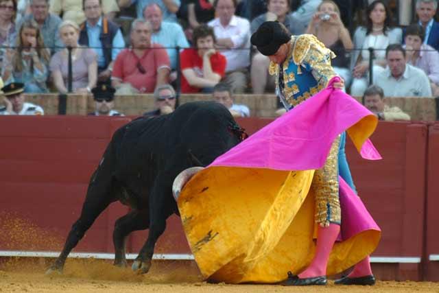 Manuel Fernández se abre de capa con el segundo del festejo.