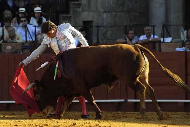 Manuel Larios con el segundo. (FOTO: Sevilla Taurina)