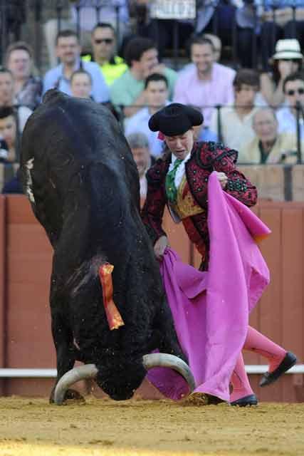 Conchi Ríos con el tercero. (FOTO: Sevilla Taurina)