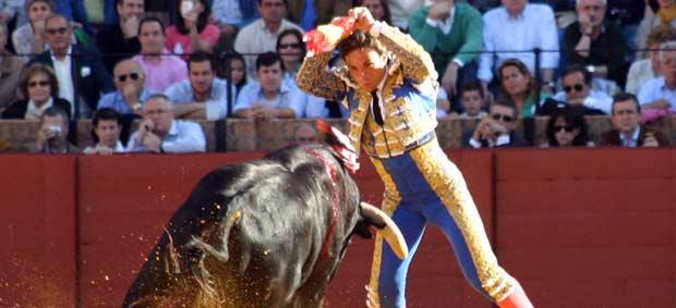 El extremeño Paco Chaves clava un par en el primero en Sevilla. (FOTO: Javier Martínez).