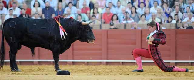 Conchi Ríos con el sexto (FOTO: Sevilla Taurina)
