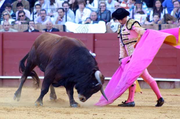 Antonio Rosales, con carencias, recibe de capote a su primero.