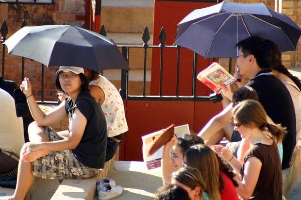 Los precavidos chinos ante el sol. (FOTO: Javier Martínez)