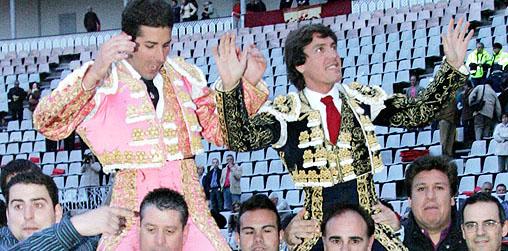 Barrera, a la derecha, a hombros esta tarde. (FOTO: Faricle/burladero.com)