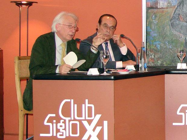 Curro escucha atentamente la intervención de Albert Boadella. (FOTO: Club Siglo XXI)