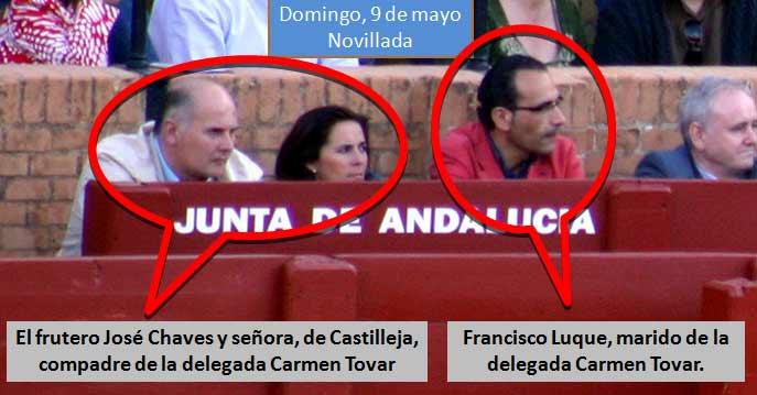 El frutero y compadre de Carmen Tovar, José Chaves, junto a su señora. A su lado, el marido de la delegada, Francisco Luque. Todos en el burladero de la Junta de Andalucía. (FOTO: Javier Martínez)