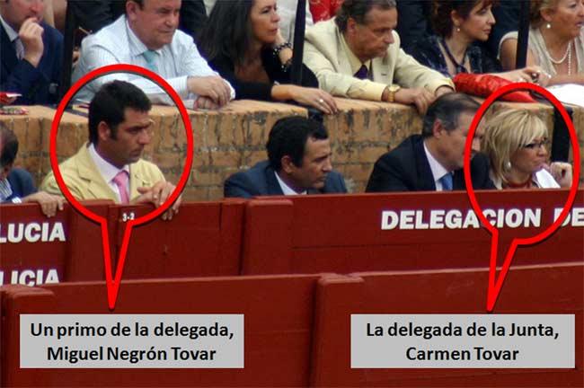 Un nuevo primo de la delegada Carmen Tovar, también vecino de Castilleja, en el burladero de la Junta y muy próximo a ella el pasado sábado de Feria. (FOTO: Javier Martínez)