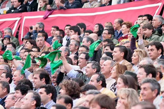 Pañuelos verdes en los tendidos de la Maestranza durante la pasada Feria de Abril. (FOTO: Paco Díaz /toroimagen.com)