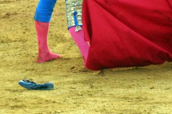 Las zapatillas de Manuel Fernández tras ser volteado por su primero. (FOTO: Javier Martínez)