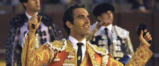 Las dos orejas del sexto y la felicidad del sevillano. (FOTO: Sevilla Taurina)