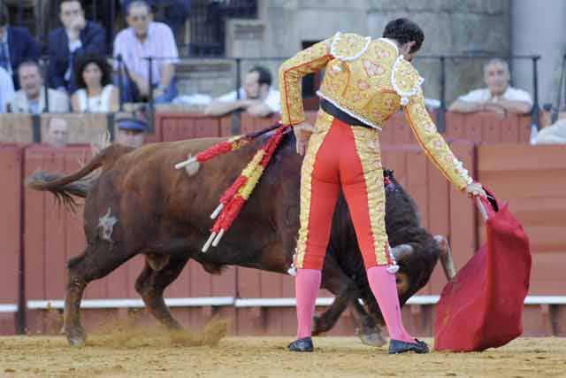Salvador Cortés, voluntarioso en su primer astado. (FOTO: Sevilla Taurina)