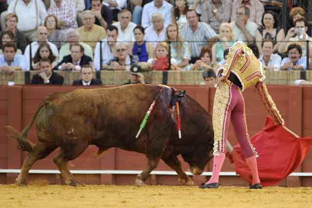 Uceda Leal con la diestra en el quinto. (FOTO: Sevilla Taurina)