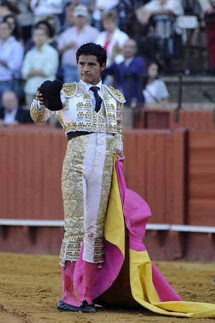 Angelino de Arriaga saluda en el tercero. (FOTO: Sevilla Taurina)
