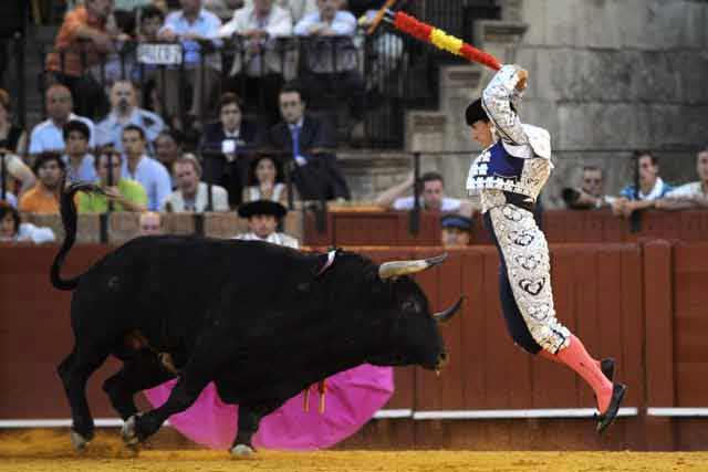 Otro Mariscal -Pedro- luciéndose en el mismo toro. (FOTO: Sevilla Taurina)