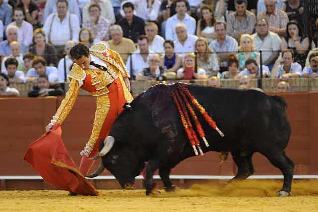 Cortés en un derechazo al sexto. (FOTO: Sevilla Taurina)