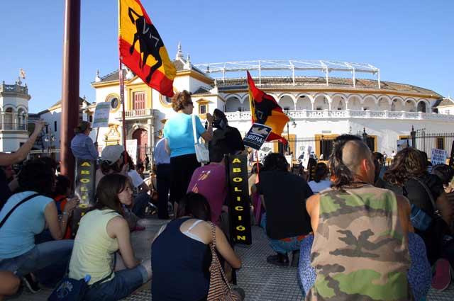 Los antitaurinos pidieron frente a la Maestranza la abolición de la Fiesta. (FOTO: Javier Martínez)