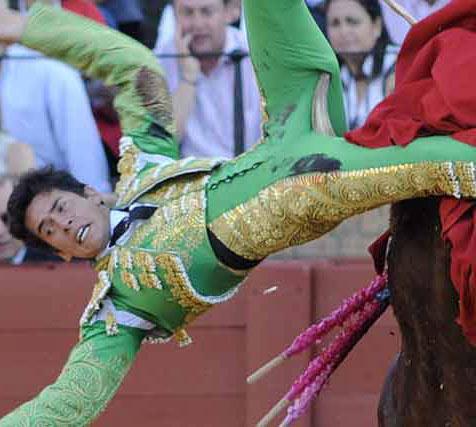 Silveti es corneado en el muslo izquierdo. (FOTO: Sevilla Taurina)