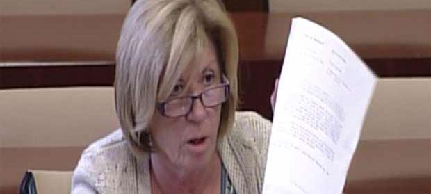 Lola Calderón muestra el documento de la Junta, firmado por el Jefe del Servicio de la Delegación, José Antonio Delgado, con los tres criterios que no aplica su propia delegada, Carmen Tovar. (FOTO: Parlamento de Andalucía)