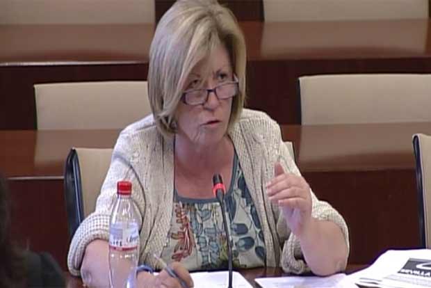 La diputada del PP andaluz, Lola Calderón. (FOTO: Parlamento de Andalucía)