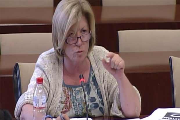 Lola Calderón (PP) arremete contra el consejero Luis Pizarro (PSOE). FOTO: Parlamento de Andalucía.