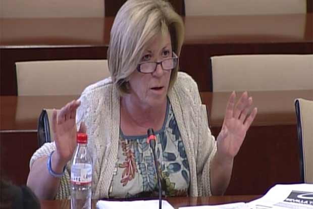 La parlamentaria Lola Calderón (PP) durante su intervención. (FOTO: Parlamento de Andalucía)
