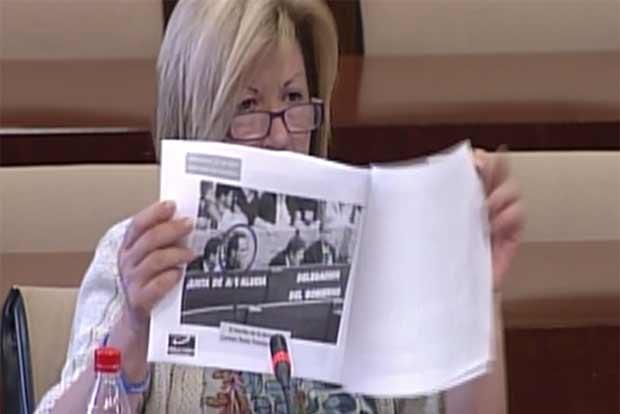 La parlamentaria del PP muestra una fotografía de SEVILLA TAURINA con el marido de a delegada Carmen Tovar en el burladero institucional de la Junta de Andalucía en el callejón de la Maestranza. (FOTO: Parlamento de Andalucía).