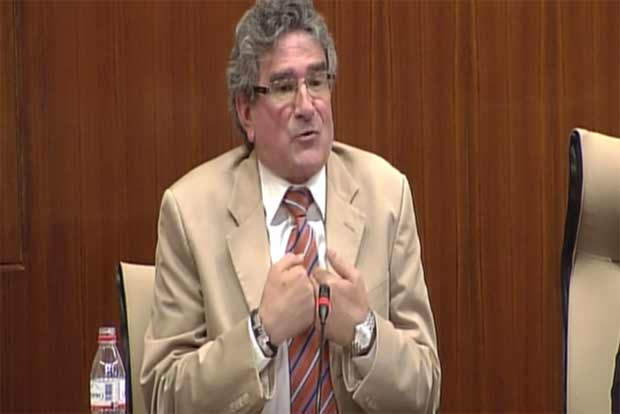 El consejero Luis Pizarro, sin argumentos para defenderse. (FOTO: Parlamento de Andalucía)