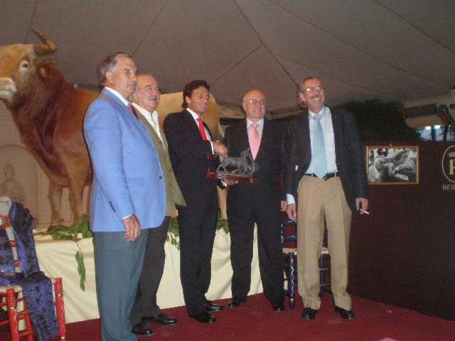 Oliva Soto recogió el trofeo de los abonados en el transcurso de una cena.