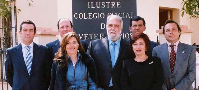 Junta de Gobierno del Colegio de Veterinarios, con su presidente Ignacio Oroquieta al frente; tres miembros de la Junta son veterinarios de la Maestranza.