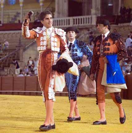 Rafael Cerro pasea la oreja cortada la sexto de Villamarta. (FOTO: Sevilla Taurina)