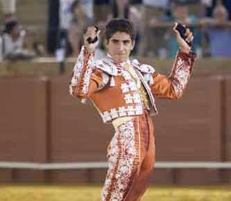 Rafael Cerro, con las dos orejas. (FOTO: Sevilla Taurina)