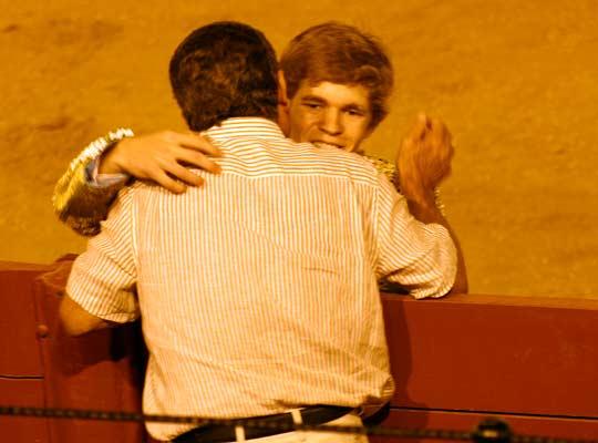 Borja Jiménez brinda su debut en Sevilla a su profesor en la Escuela de Espartinas, Espartaco padre. (FOTO: Javier Martínez)