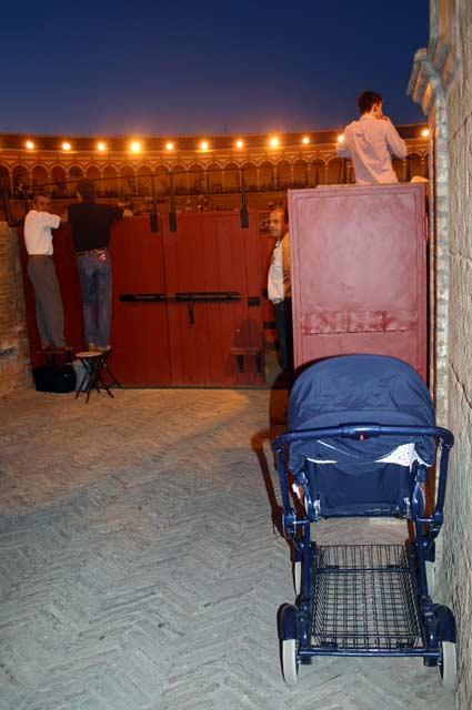 Hasta los más pequeños asisten, como el de este carrito bajo la misma Puerta del Príncipe. (FOTO: Javier Martínez)