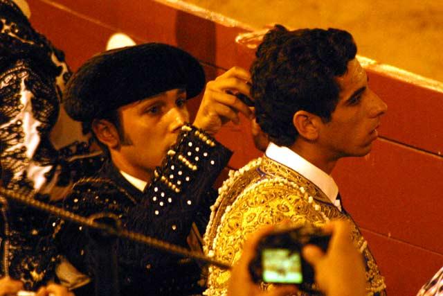 Un banderillero ayuda a ajustarse la castañeta a uno de los aspirantes. (FOTO: Javier Martínez)