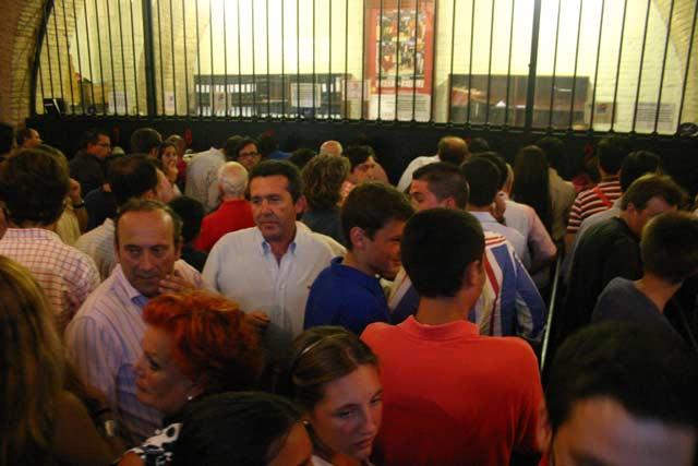 Colapso en las taquillas de la Maestranza a 15 minutos sólo del comienzo del festejo. (FOTO: Javier Martínez)