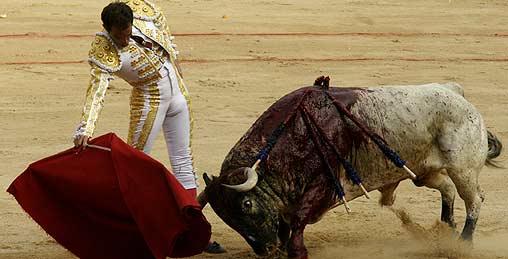 Salvador Cortés torea con la derecha a su primer toro esta tarde en Pamplona. (FOTO: Manolo Guillén / burladero.com)