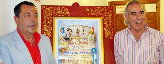 El alcalde de Antequera, Ricardo Millán, y el empresario sevillano Paco Dorado durante la presentación de los carteles.
