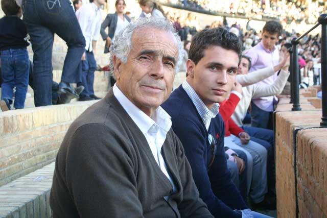 Iván Menacho, en la Maestranza junto a su abuelo, el picador Paco Martín Sanz. (FOTO: Javier Martínez).