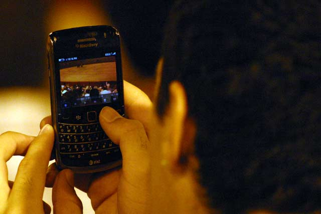 Las nuevas tecnologías ayudan a llevarse un recuerdo de la noche de toros. (FOTO: Javier Martínez)